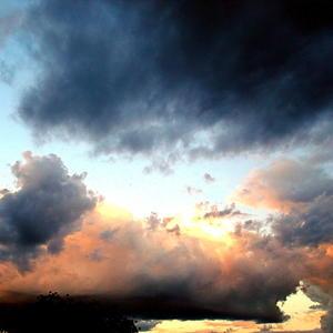 Небо доброе и злое, голубое, грозовое