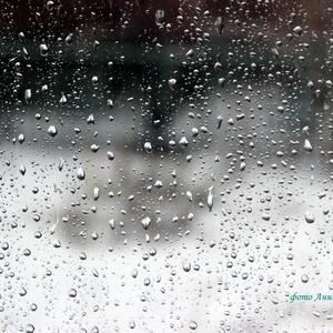 А я смотрю в окно..... а вижу только дождь...