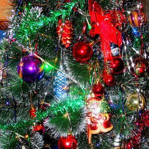 Новогодние игрушки, свечи и хлопушки....