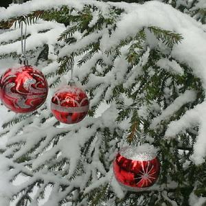 Новогоднее украшение - снег и шары.