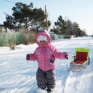 В солнечный чудесный день санки нам катать не лень )