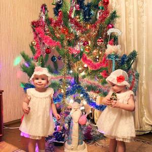 То ли принцессы, а может снежиночки, наши красотки - две половиночки