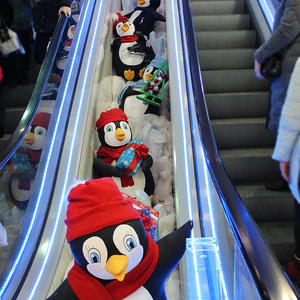 Новогодние пингвины к вам с подарками спешат! Радуют детей и взрослых стайка милых пингвинят!