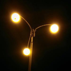 У фонаря...