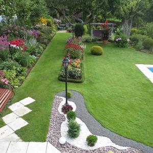 Вид с веранды на роскошные виды моего сада. Газон приятного цвета зелени