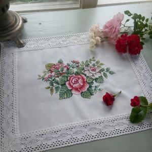 """Вышитая салфетка """"Чайные розы"""""""