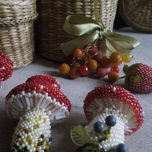 По грибы, по ягоды: мухоморчики, клубника из бисера в мозаичной технике.