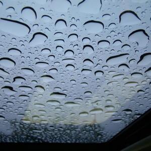 Люк на крыше автомобиля в дождь