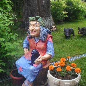Сказочный персонаж на дачном участке