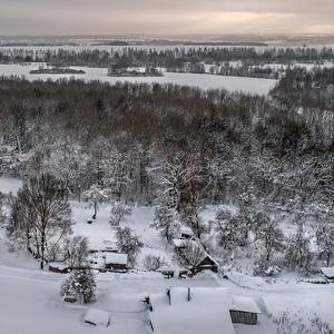 Занесло зимой деревню