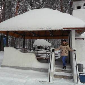 Шапка из снега на крыше летней беседки