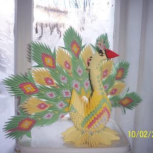Сказочная птица на заснеженном окне