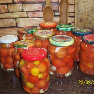 Три вида помидорок- в желатине, с чесночком и в собственном соку- к зиме готовы!