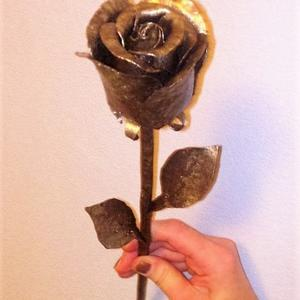 Муж сделал розу, которая не завянет))