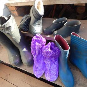 Сапожищи, сапоги, сапожки, а еще любимые калошики, весь сезон они нам помогают: в дождь и слякоть крепко выручают!