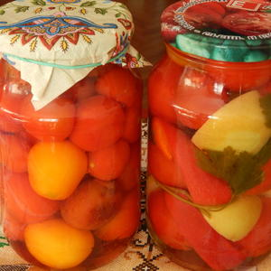 Итог помидорной страды: помидоры по-немецки с яблоками и сладким перцем, помидоры со сливами
