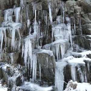 Зимой горы плачут сосульками...