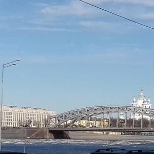 Ледоход на Неве на фоне Смольного Собора и моста Петра Великого...