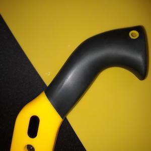 У пилы на огороде ручка в чёрно-жёлтой моде...