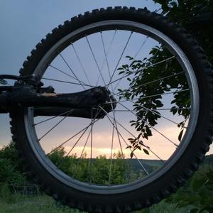 Закат прощался с колесом, а колесо - с закатом...