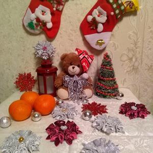 Новогодний столик в детской с мандаринами и конфетами