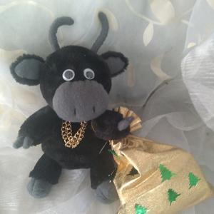 Маленький бычок с подарком
