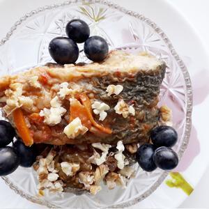 Жареная рыба с оливками в пикантном соусе из грецких орехов