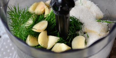 Приправа к мясным блюдам из крыжовника с зеленью