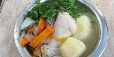 Суп из курицы и овощей на огне