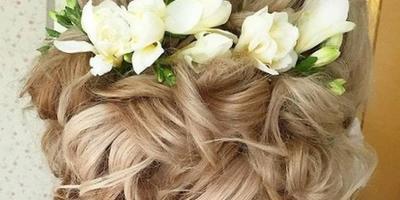 Подскажите, что за цветы использованы в причёске?
