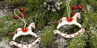 Как лучше украсить ёлку в год Лошади?