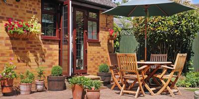 Единство стилевого решения дома и окружающего его сада