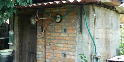 Рукомойник или водопроводный кран в качестве украшения сада
