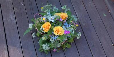 Как украсить праздничный стол цветочными композициями