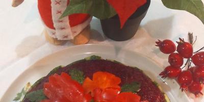 Пуансеттия или рождественская звезда на столе