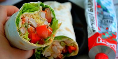 Курица с овощами в лаваше: перекус со вкусом лета