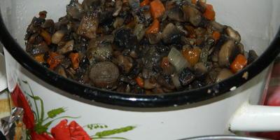 Мясной рулет, фаршированный грибами в беконе