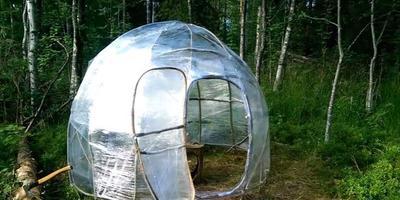 Домик-палатка из веток и упаковочной пленки. Идея - на грани гениальности!