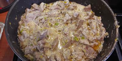 Свинина, тушеная в белом соусе