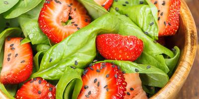 10 необычных салатов из клубники