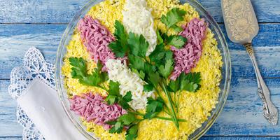 16 оригинальных идей оформления салатов на 8 Марта