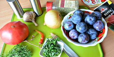 Томатно-сливовый соус в чугунной сковороде