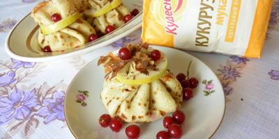 Блины с начинкой из яблок, груш и красной смородины