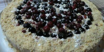 Грушево-сливочный песочный торт с ягодами