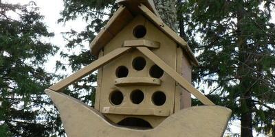 Кормушки для птиц на берегу Чухломского озера