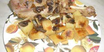 Голень индейки с картофелем и грибами, запеченная в фольге
