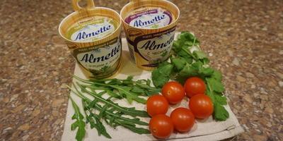 """Дрожжевые блины """"на закуску"""" с начинкой из мягкого сыра, кинзы, рукколы и помидорок черри"""