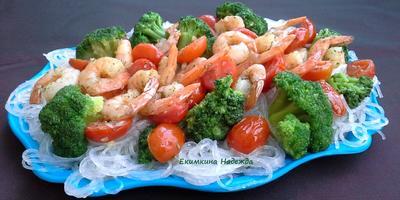 Креветки с лапшой из молодых зеленых бобов с брокколи и помидорами черри