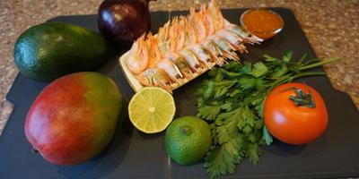 Салат с креветками, манго и авокадо