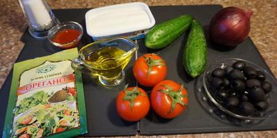 Овощной салат с сыром фета и острым соусом